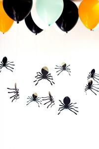 DIY-Hanging-Spider-Balloons4-600x900